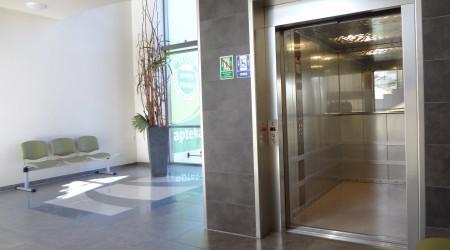 Częstochowa MEDYK CENTRUM – winda szpitalna, napęd hydrauliczny, udźwig 1600 kg