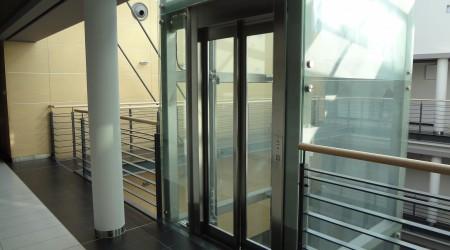 Filharmonia Częstochowska – winda panoramiczna w patio, udźwig 630kg